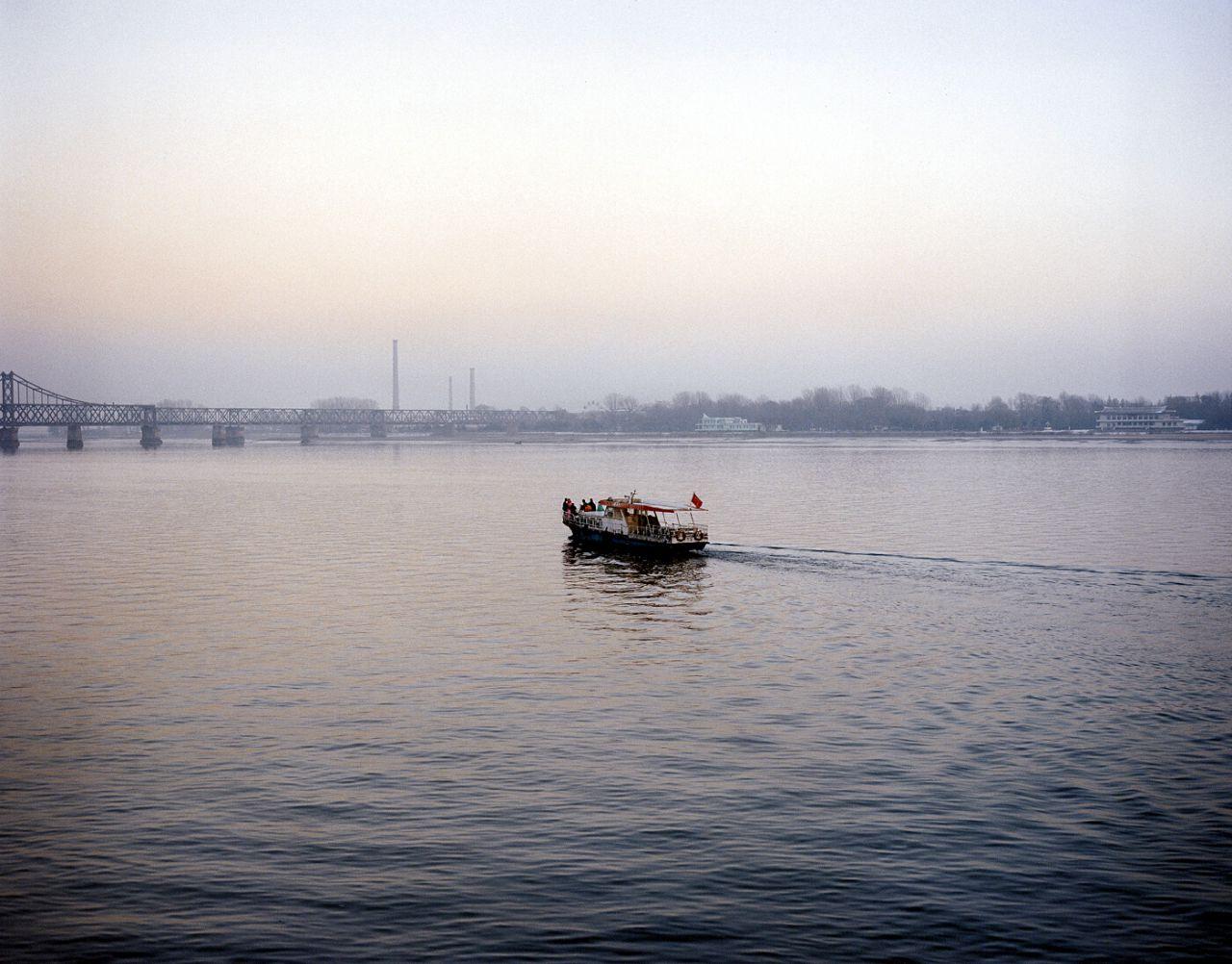 Boda. Vista de una celebración de boda en el río que divide Corea del Norte y China, Dandong, China, 2007