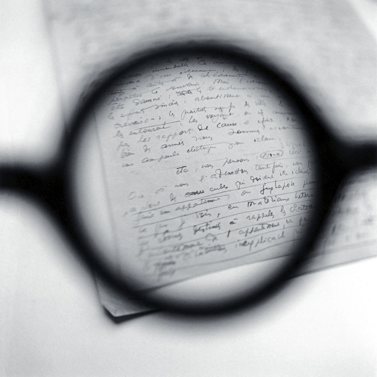 Las gafas de Le Corbusier, viendo las notas de su conferencia en París «La habitación moderna», 2003