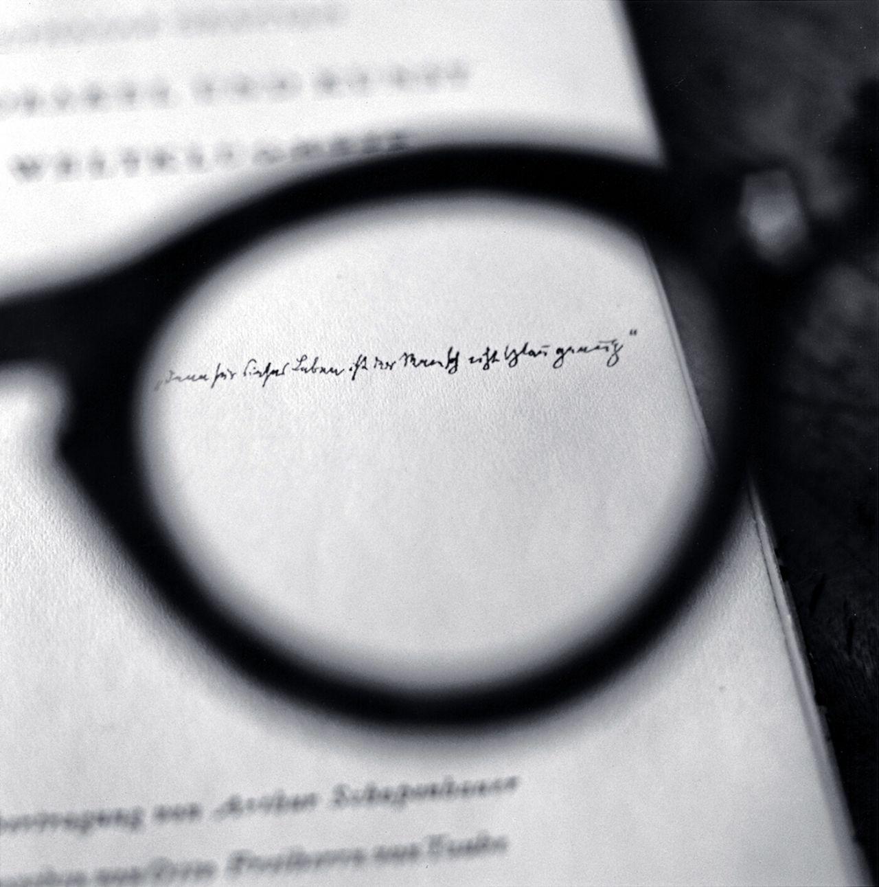 Las gafas de Brecht, viendo una dedicatoria de Walter Benjamin, 2008