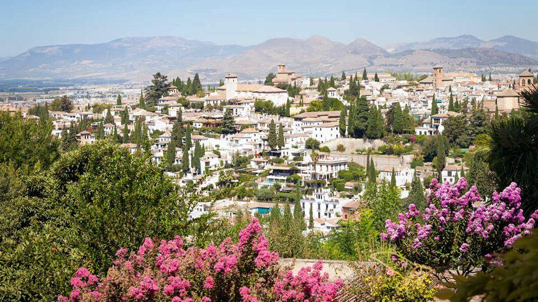 Disfruta del encanto mágico de Granada en un hotel a orillas del río Genil