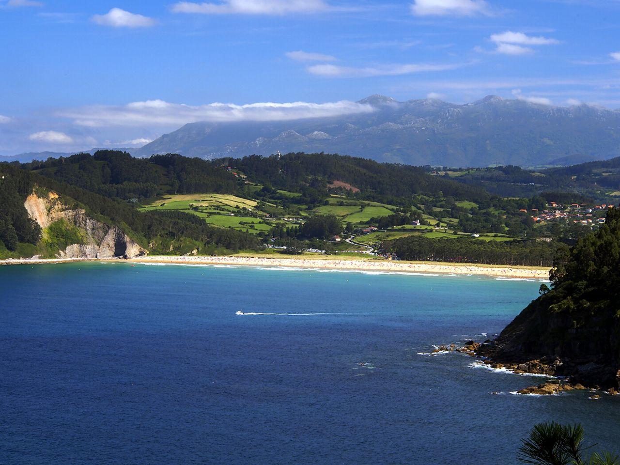 Playa de Rodiles y el Sueve Villaviciosa