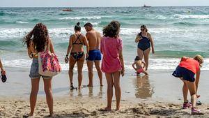 La Playa del Galúa abre para permitir el baño hasta 50 metros de la orilla, tras el accidente del avión