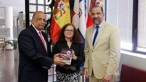 La embajada de la República Dominicana dona más de cien libros a España