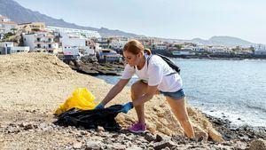 Más de cien personas participan en la limpieza de La Caleta