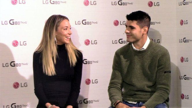Álvaro Morata y Alice Campello presentan el nuevo smartphone LG G8X