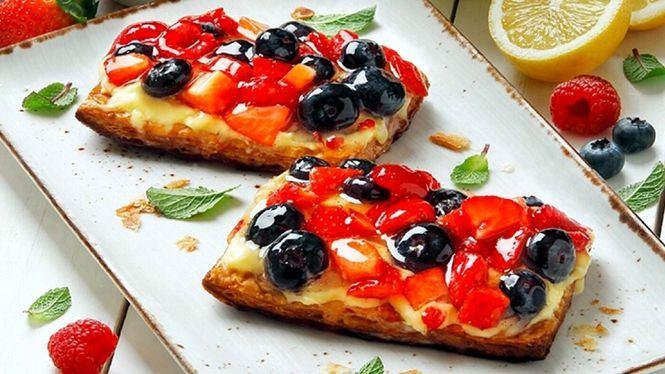 Cocinar un pastel de frutos rojos en pareja por San Valentín
