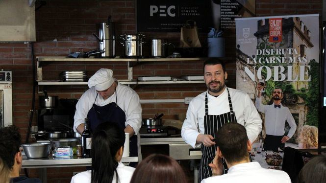 Sergi De Meià introduce a los jóvenes estudiantes en las técnicas de las carnes cinegéticas