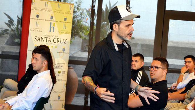 El chef Juan Llorca imparte clases magistrales sobre nutrición a los alumnos de Hecansa