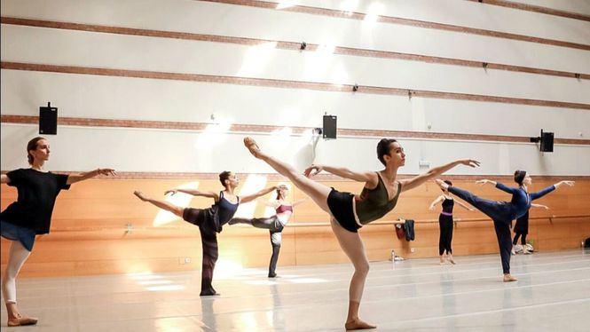 Los bailarines de la CND regresan a las salas de ensayo