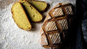Pan de maíz y cúrcuma, muy adecuado para consumir en verano