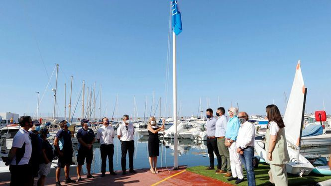 Marbella luce seis banderas azules, por cinco playas y el Puerto Deportivo