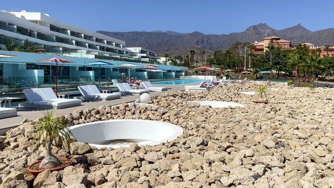 BB Beach Club & Sea View Bar de Baobab Suites presenta dos espacios diferenciados por seguridad
