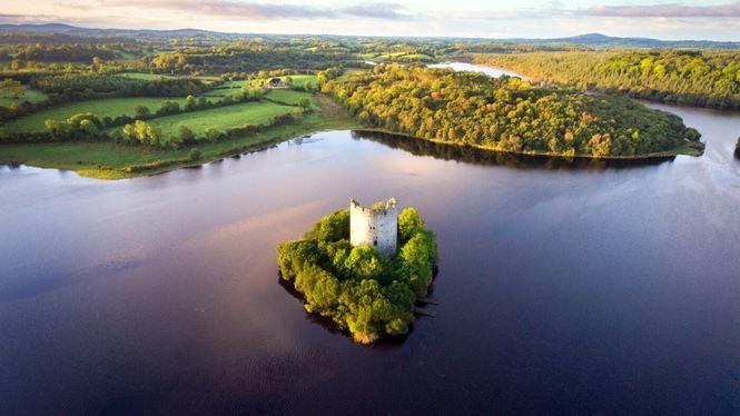 El castillo irlandés del lago de los cisnes
