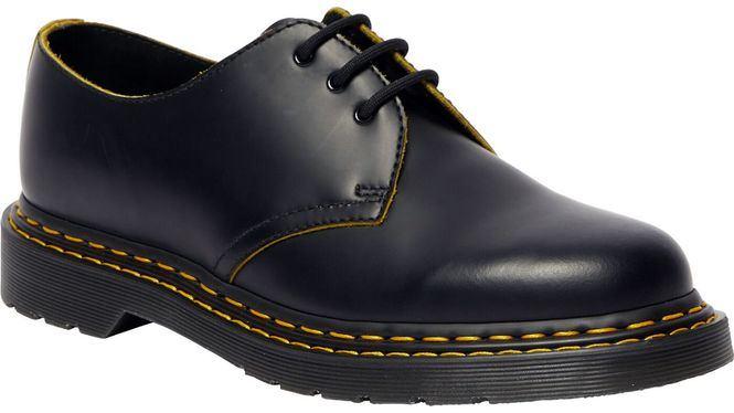 Una nueva puntada amarilla doble en la nueva colección de zapatos y botas Dr. Martens