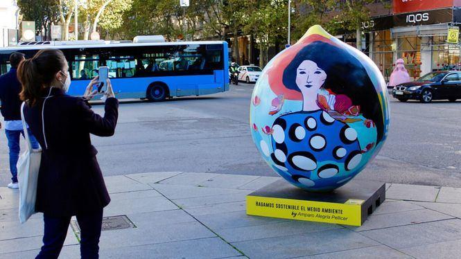 Ocho limones de dos metros de altura inundan de color el centro de Madrid en la exposición de arte urbano Lemon Art