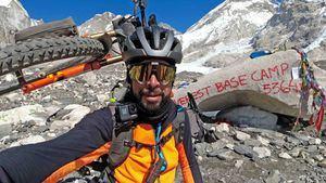 Omar di Felice, primero en llegar al campo base del Everest en bicicleta en invierno