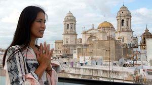 Cádiz promociona el turismo de bienestar a través del yoga de la influencer Xuan Lan