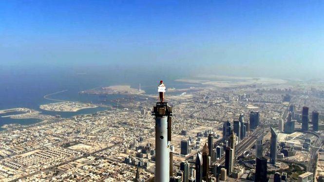 El último anuncio de Emirates muestra a una tripulante de cabina en la punta del Burj Khalifa