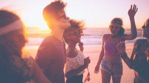 ¿En qué destino de playa podrás tener más oportunidades de conocer gente vía apps?