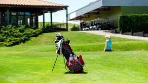 Comienza la primavera en plena montaña alavesa jugando al golf