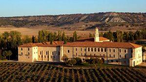 Abadía Retuerta LeDomaine. Fachada entre viñedos