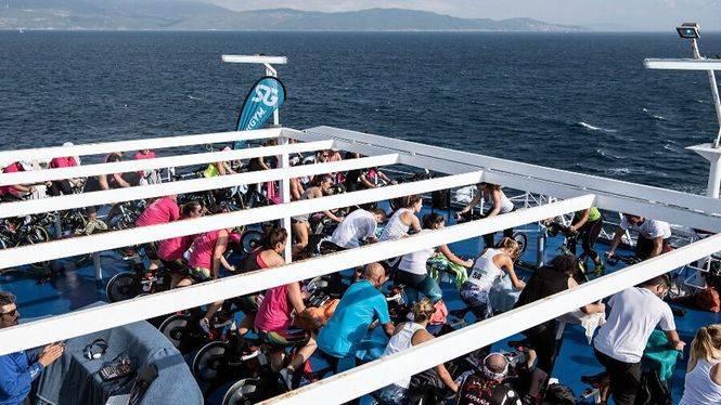 Más de medio centenar de deportistas cruzan el Estrecho en bicicleta