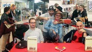 """Cómic, pistolas, sombreros de cowboy, estrellas de sheriff y """"Los Dalton"""""""