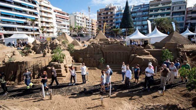 Las Palmas de Gran Canaria inaugura su Belén de Arena en la playa de Las Canteras