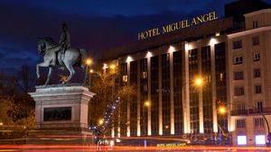 Hotel Miguel Angel. Fachada de noche