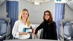Esther Solanas, responsable de Just Dance en Ubisoft Spain (izqda) y Sandra Lenis, directora de Producto & Clientes de Air Europa