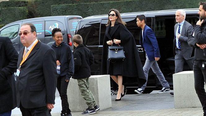 Angelina Jolie elige Ferragamo para pasear por París