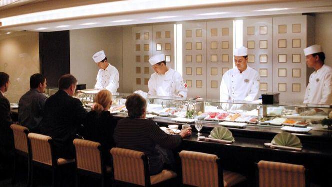 El chef Nobu Matsuhisa a bordo del Crystal Serenity en su viaje por el Báltico