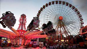 Atracciones, juegos y puestos de gastronomía en el recinto ferial del Sardinero