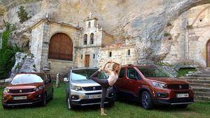 Verónica Blume imparte una clase en la ermita de San Bernabé, en Ojo Guareña