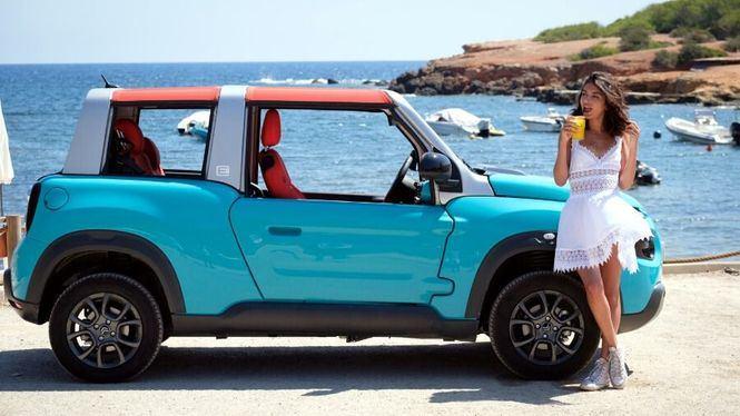 La modelo Lucia Rivera Romero amadrina el nuevo Citroën Mehari en Ibiza