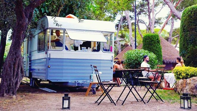 Un original foodtruck vintage en Playa Montroig Camping Resort