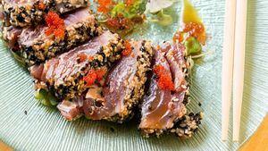 Tataki de atún con semillas de sésamo, cortado y servido con salsa de soja y wasabi (14€)