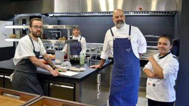 La ganadora del Aula Heineken de Gastronomía se forma con chefs de prestigio de Canarias