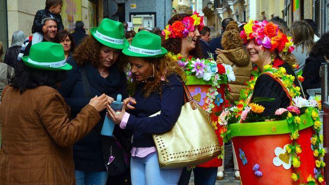 La alegría del Carnaval llena las calles de Cádiz