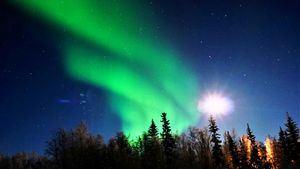 Aurora boreal con la luna