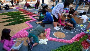 Sitges adorna sus calles con alfombras florales con motivo de las fiestas del Corpus