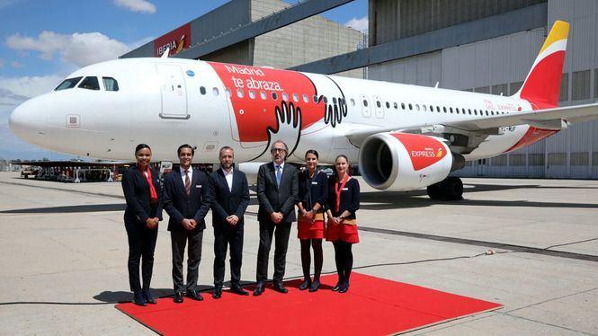 Presentado el avión de Iberia Express que lleva el vinilo del abrazo de Madrid