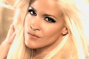 Captura pantalla videoclip 'Pégate' de Ylenia